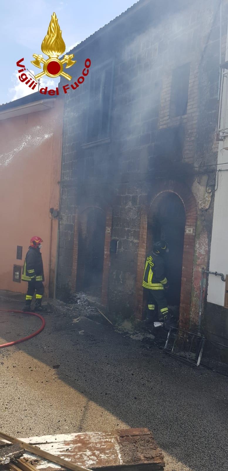 Paura nel centro storico di Cesinali, va in fiamme un'abitazione